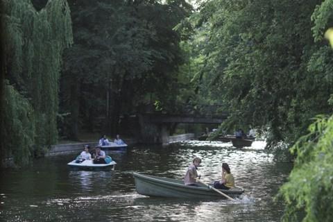 oameni cu hidrobiciclete si barci in parc, in a doua zi a starii de alertă impusă pe fondul pandemiei de coronavirus