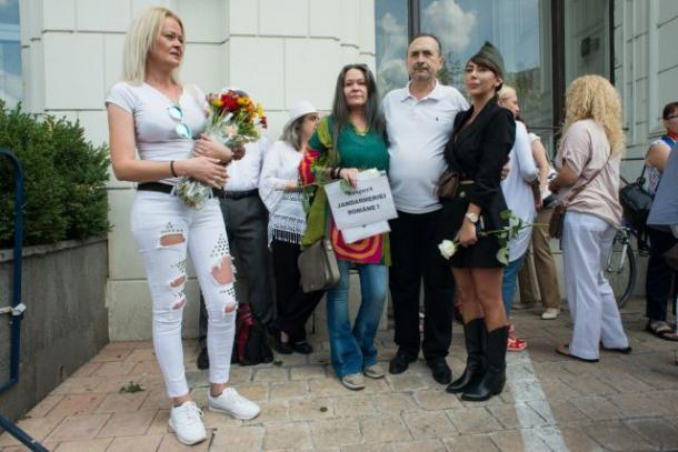 Oana Lovin, protestatara cu sparanghel, a dus flori jandarmilor după protestul din 10 august