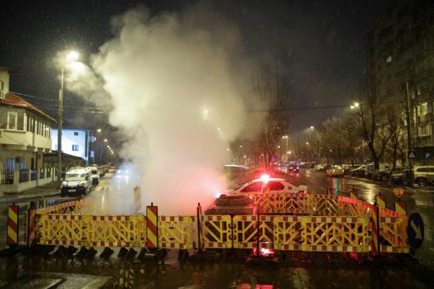 groapa de pe strada din Bucuresti, semnalizata corespunzator si acoperita cu aburi