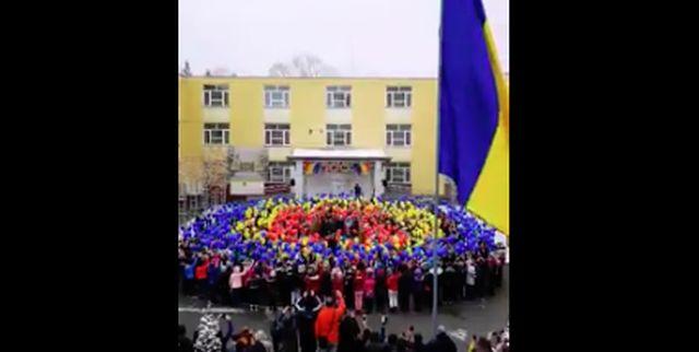 Micii patrioţi revin cu o nouă cântare impresionantă: 'Treceți batalioane române Carpații' a răsunat magistral din curtea școlii 11 Pitești (VIDEO) - B1TV.ro